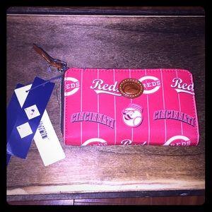 💕👛NWT Cincinnati Reds Dooney and Bourke bag